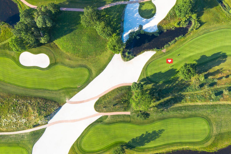 Schönes.Golf Golfer mit Herz Emoji auf Bahn 9 des Greeneagle Porsche Nord Course