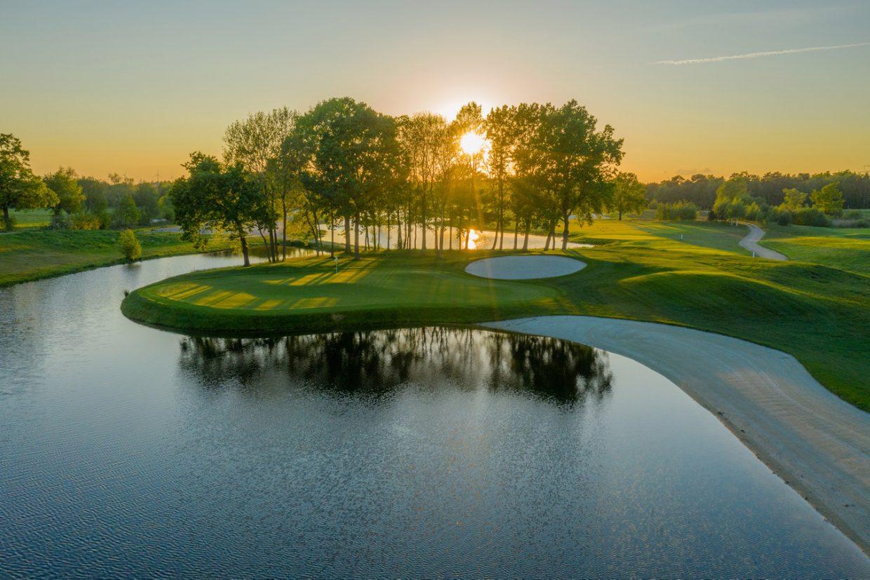 Drohnenfoto vom Golfplatz bei Sonnenuntergang