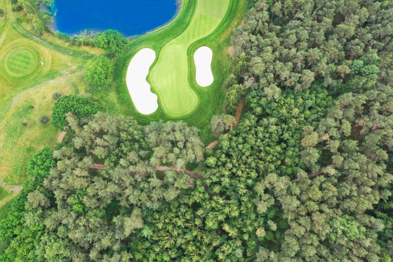 Topshot vom Golfplatz Grün der Bahn 3 des Greeneagle Porsche Nord Course